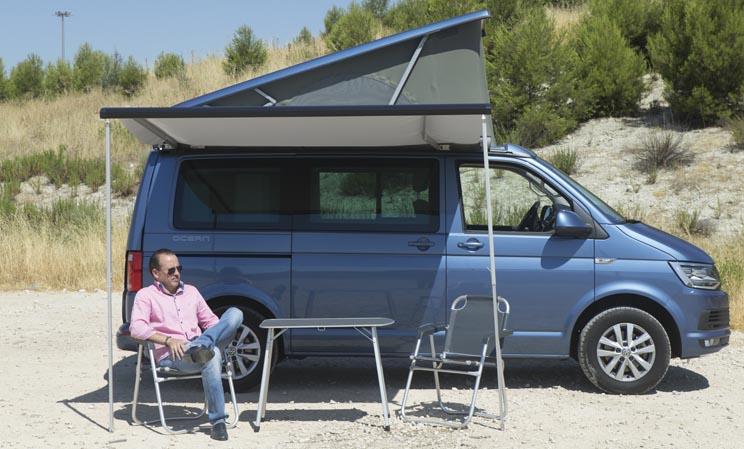 Toldo lateral con mesa y sillas de camping